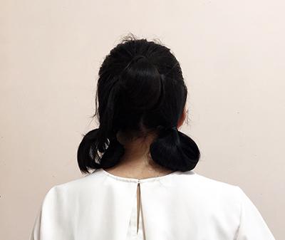 ハーフアップした髪をお団子にしてから、残りの後ろ髪を2つに分けてヘアゴムで束ねる。お団子にするのもよいでしょう。