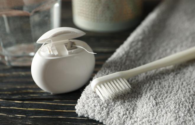 デンタルフロスはいつ使う? 歯磨きの前、後、寝る前?【歯科医に聞く】