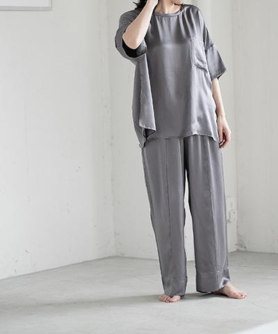 Silk100サテンTシャツ9,000円、Silk100サテンパンツ10,000円/イーアールエム(アダステリア)