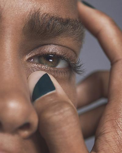 爪の一部分に塗布するなどの使い方も定着した「FIVEISM × THREE」のネイルファッション。