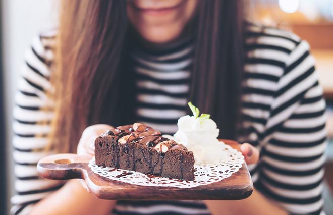 食欲の秋、つい食べすぎてしまう…食べすぎを抑えるツボ3つ【鍼灸師が教える】