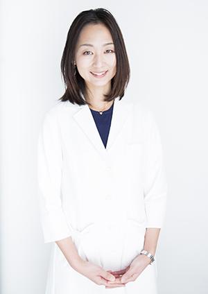 巷岡彩子先生。 女性医学学会 専門医 生殖医療専門医。 都内の大学病院やクリニックでの勤務を経て、現在、不妊治療専門の産婦人科クリニックにて勤務。ママドクターとして育児や家事と仕事を両立しながら活躍中。女医+(じょいぷらす)所属。