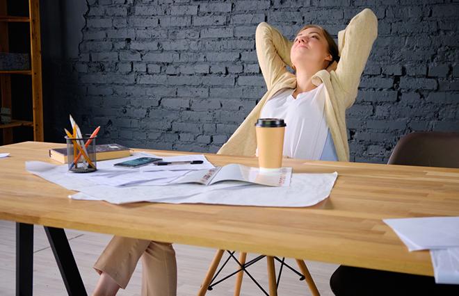 肩こり・更年期症状に悩んでいる人に【オフィスでツボ押しヨガ】