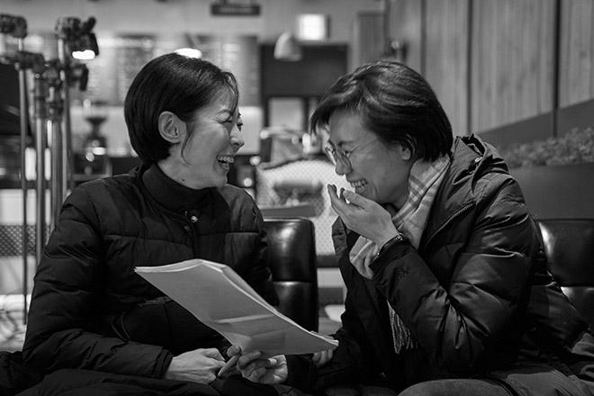 主演のカン・マルグムと話すキム監督(右)