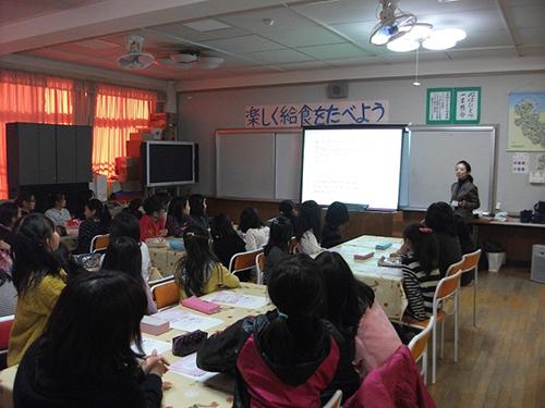 小学校の教室で開催されている「ツボミスクール」の様子。熱心に聞き入る女の子たち。