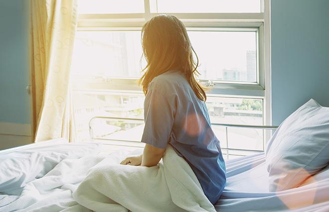 明け方に119番通報。あの日、部屋で震えていた自分を抱きしめて気づいたこと【小島慶子】<