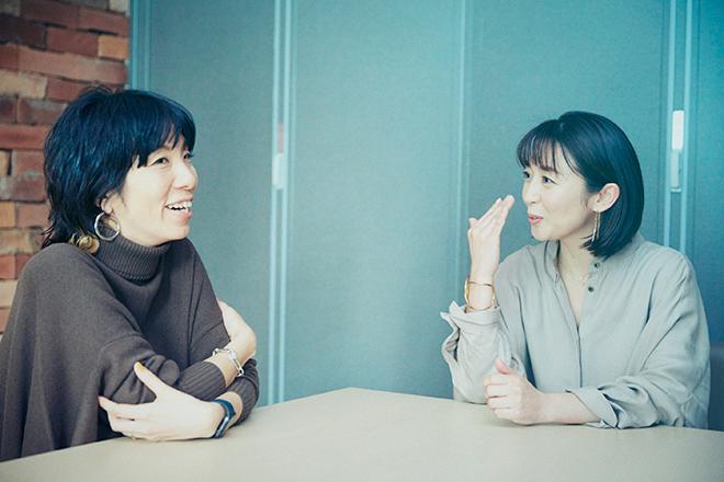 マネージャーの田島さんと話す酒井美紀さん(右)