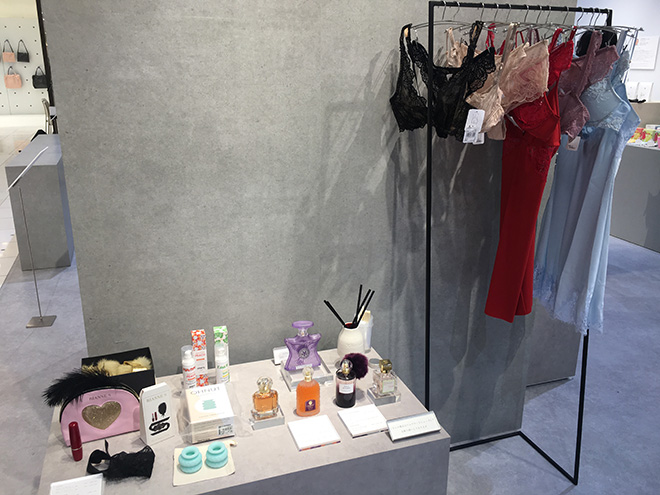 センシュアルな女性と目指すためのインポートランジェリーや香水、赤のリップなども並びました