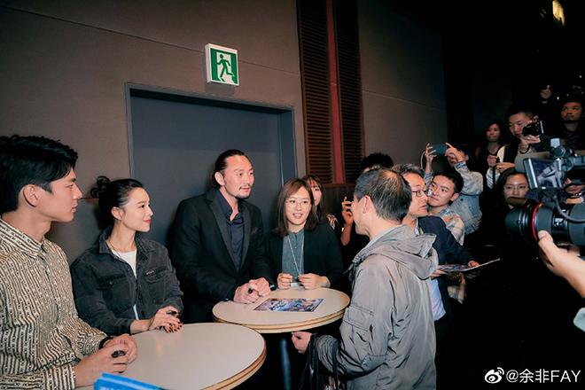東京国際映画祭で通訳する湯櫻さん(左から4番目)=本人提供