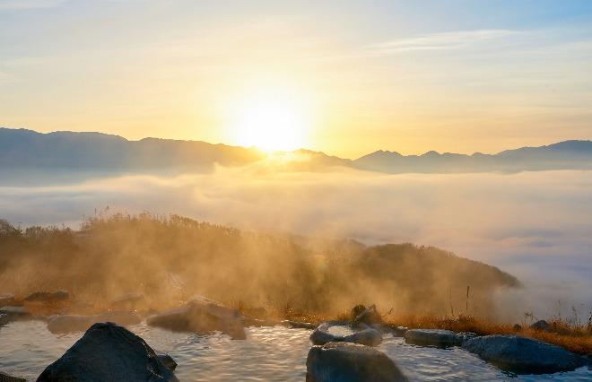 ここは本当に日本? 雲海の向こう側から上ってくる日の出に感動!