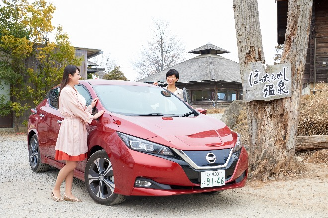 ほったらかし温泉までドライブしてきた松野彩瑛子さん(手前)と諏訪井モニカさん