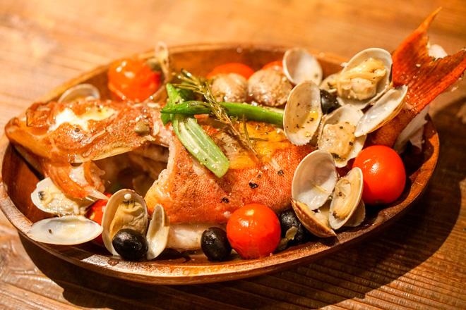 沖縄の高級魚「赤仁ミーバイ」のアクアパッツァ。